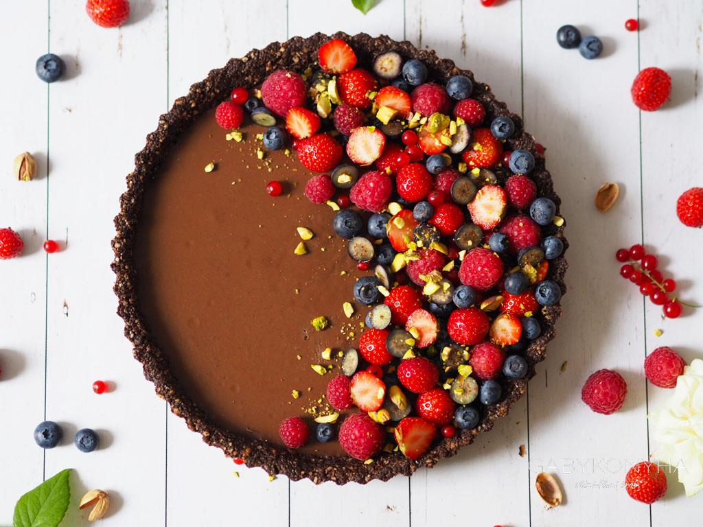 Gluténmentes vegán sütés nélküli csokoládés gyümölcsös pite tart