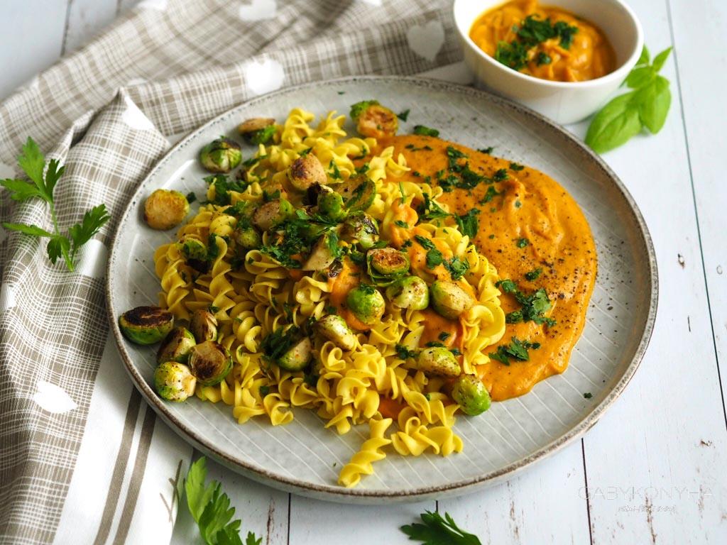 Gluténmentes vegán növényi alapú sütőtökszósz gluténmentes tésztával és pirított kelbimbóval