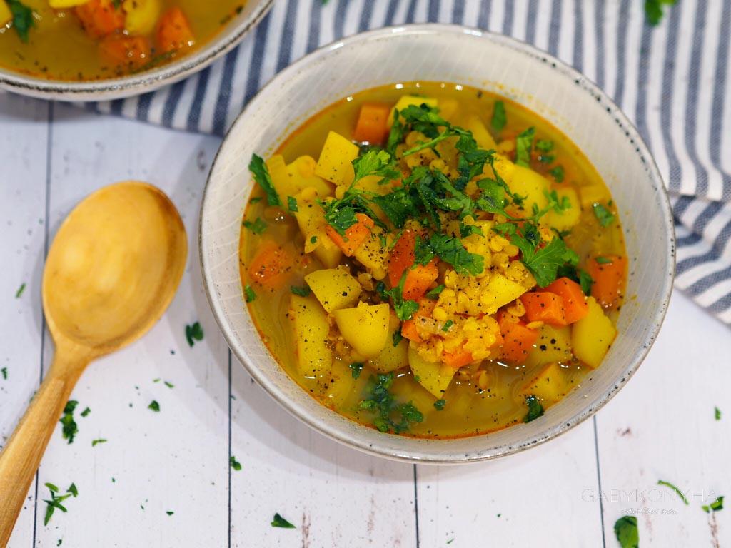 Gluténmentes vegán növényi alapú vöröslencse leves zöldségekkel
