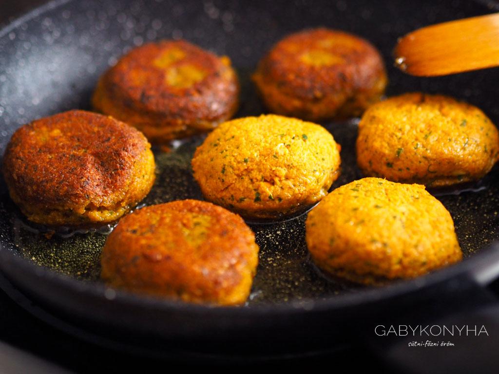 Gluténmentes vegán, növényi alapú vöröslencsefasírt balzsamecetes céklával és pirított kelbimbóval