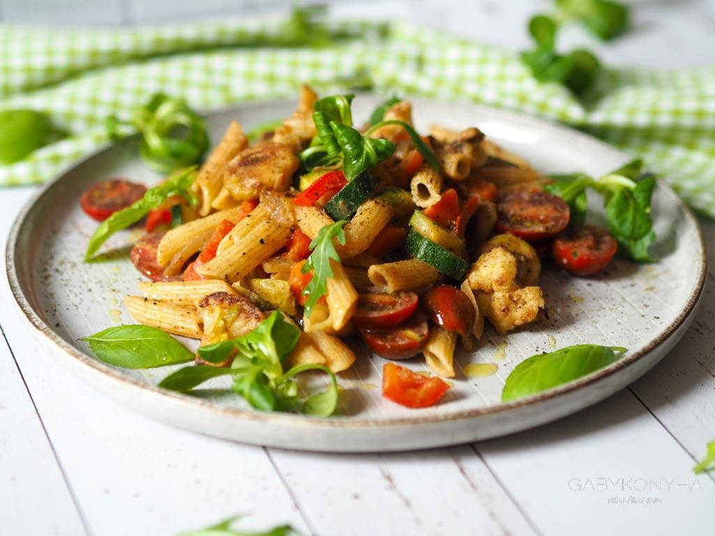 Gluténmentes vegán növényi alapú pirított zöldséges tészta