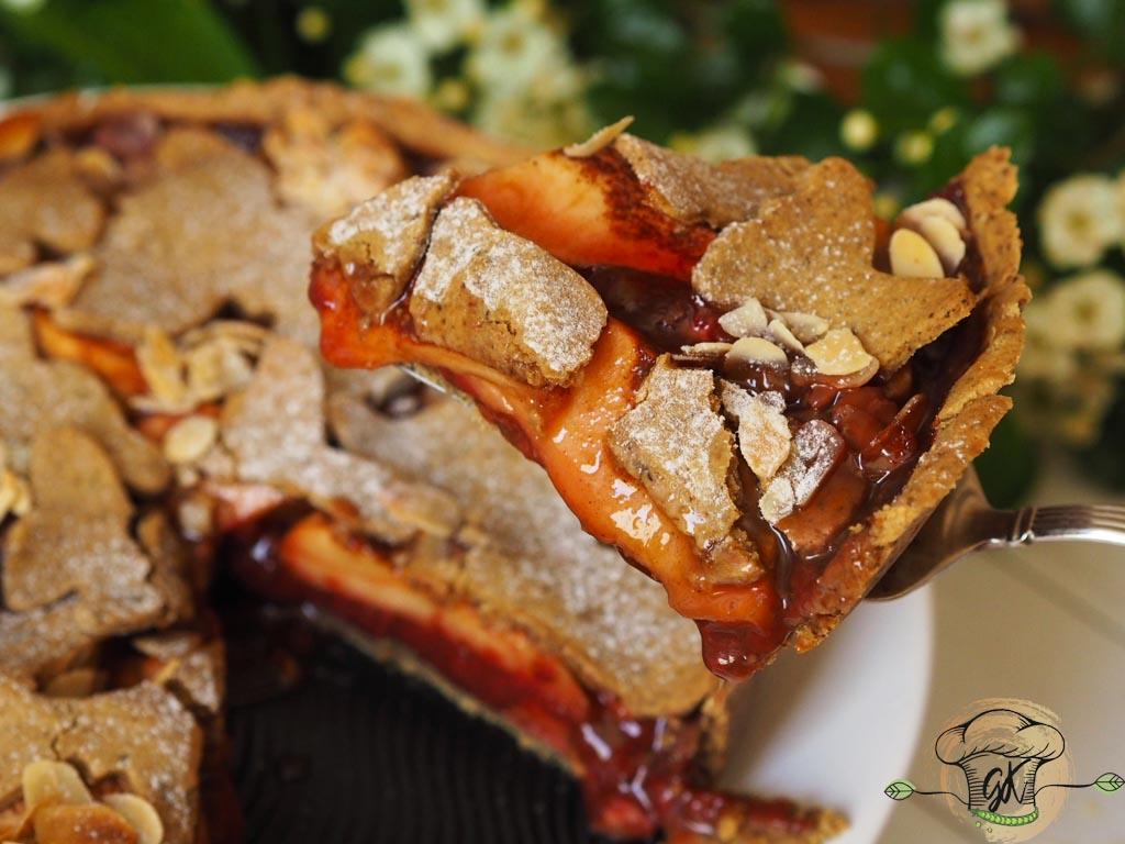 Gluténmentes vegán növényi alapú tökmaglisztes epres-rebarbarás-almás pite