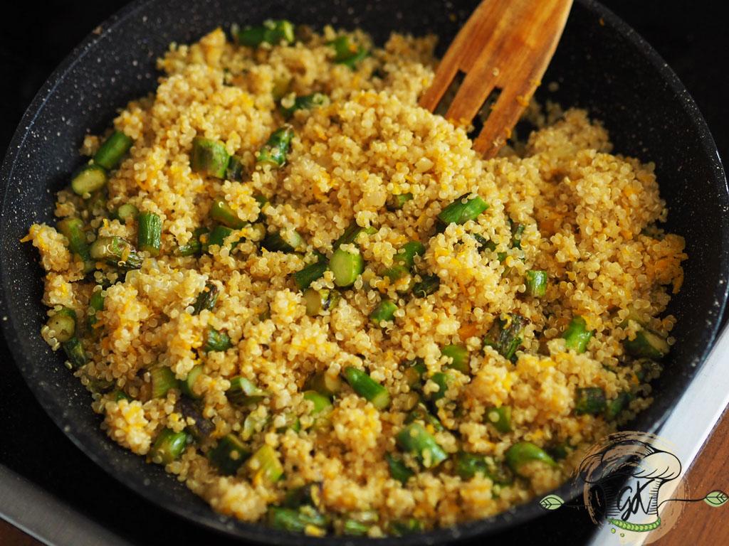 Gluténmentes vegán spárgás-sárgarépás quinoa