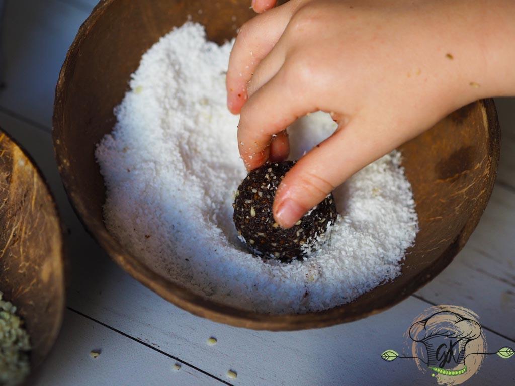 Gluténmentes vegán aszalt szilvás datolyagolyók