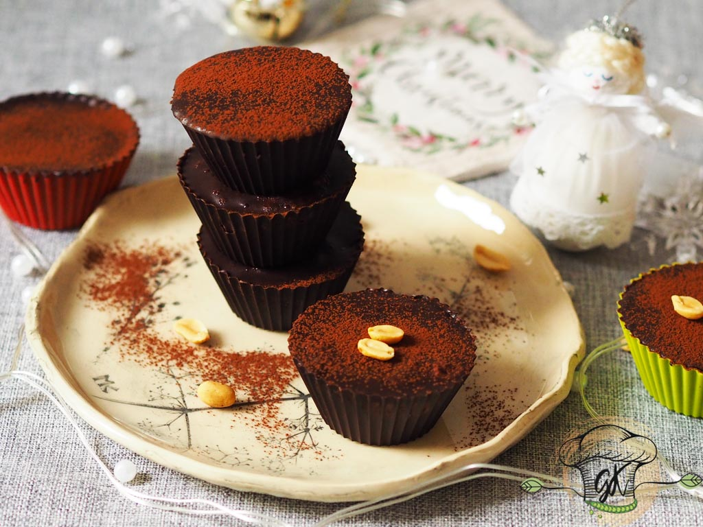 Gluténmentes vegán mogyoróvajas és eper-chiadzsemes csokipohárkák