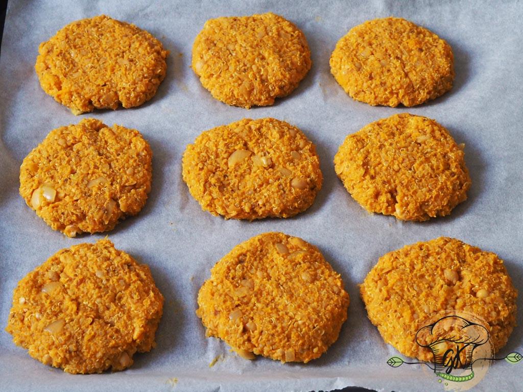 Gluténmentes vegán sütőtökös-quinoás hamburger hagymalekvárral