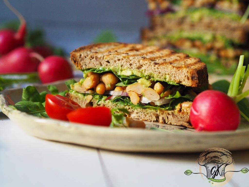 Gluténmentes vegán avokádós-babos szendvics